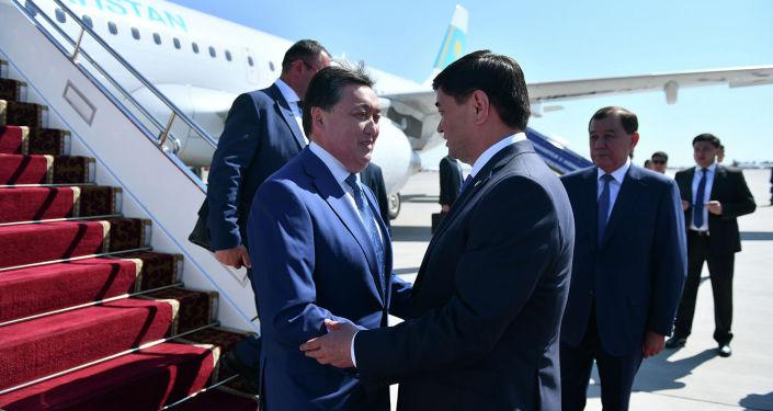 Премьер-министр Кыргызстана Мухаммедкалый Абылгазиев встречает премьер-министра Казахстана Аскара Мамина, прибывшего в КР с официальным визитом