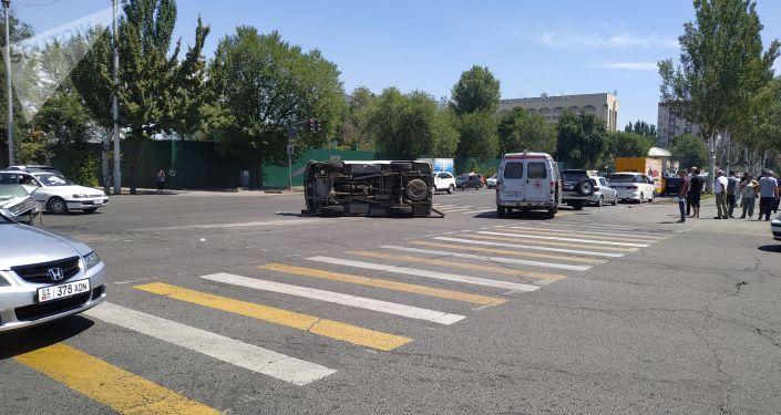 В центре Бишкека опрокинулась машина скорой медицинской помощи марки УАЗ в результате столкновения с другим автомобилем