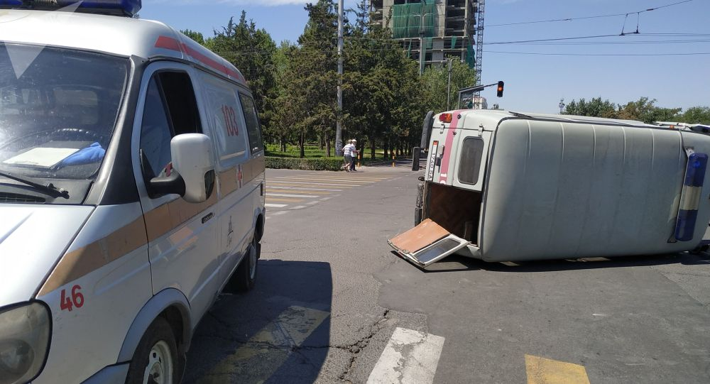 Бишкектин чок ортосунда Тез жардам унаасы Mercedes үлгүсүндөгү жеңил авто менен кагышып, оодарылып кетти