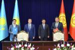 Премьер-министра Республики Казахстан Аскара Мамина и премьер-министр КР Мухаммедкалый Абылгазиев во время подписания ряда документов.