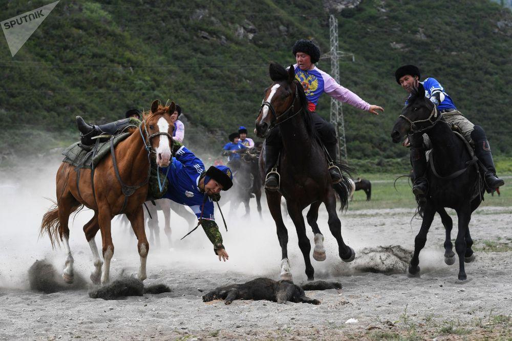 Оюн талаасында жергиликтүүлөрдүн жети, Новосибирскидеги кыргыздардан түзүлгөн бир команда күч сынашкан.