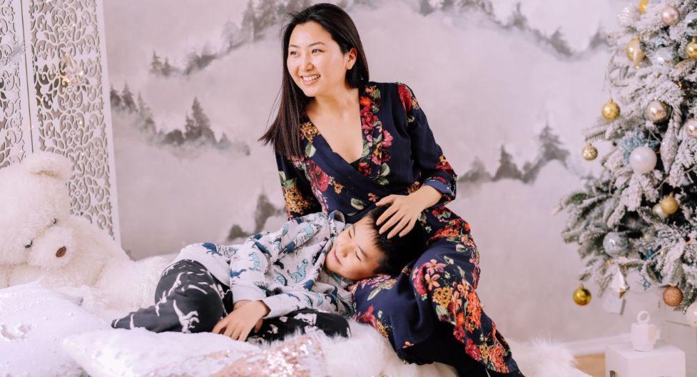 Актриса, блогер жана өлкөдөгү белгилүү теле алып баруучулардын бири Назира Айтбекова уулу менен. Архивдик сүрөт