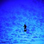 Франциялык ойлоп табуучу Френки Запат Париж асманында ховербод менен учуп жүрөт. Бастилиянын алынган күнүн белгилөө майрамында