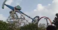 Индиянын батыш тарабындагы көңүл ачуучу парктардын биринде аттракцион кулаган учур видеого түшүп калган.