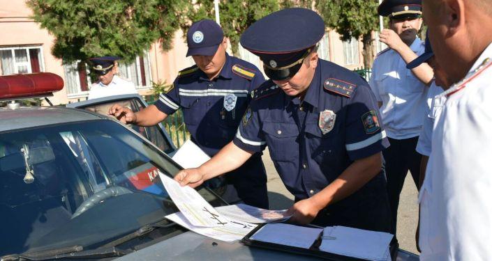 Сотрудники ГУОБДД во время рейда За рулем в городе Ош
