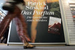 Посетитель проходит мимо плаката романа немецкого драматурга и прозаика Патрика Парфюмер. История одного убийцы. Архивное фото