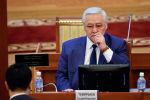 Постоянный представитель правительства в ЖК Ашырбек Темирбаев во время заседания Жогорку Кенеша