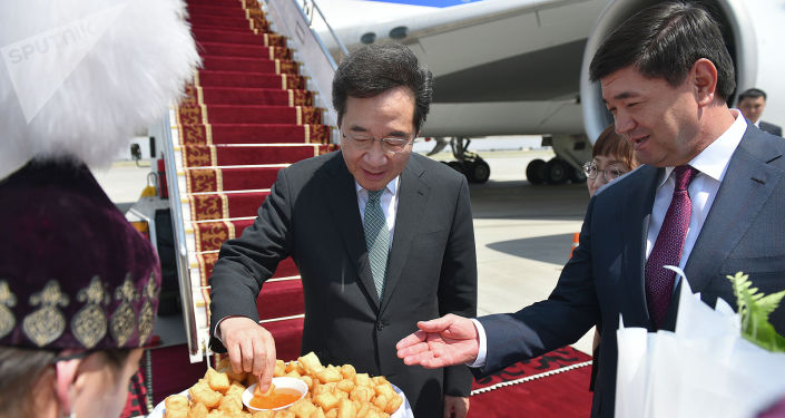 Премьер-министр Кыргызстана Мухаммедкалый Абылгазиев во время встречи премьер-министра Южной Кореи Ли Нак Ёна прибывшего в КР с официальным визитом