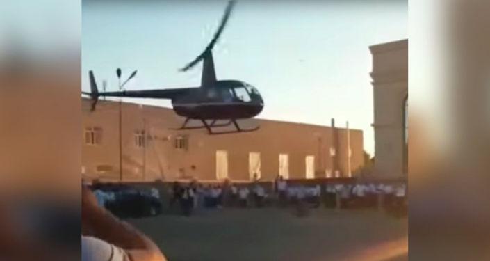 В Казахстане пилот вертолета доставил молодоженов до свадебного ресторана. Видео необычного приземления разлетелось в соцсетях.