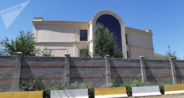 В народном штабе, расположенном на территории дома бывшего президента Алмазбека Атамбаева готовятся к возможному захвату
