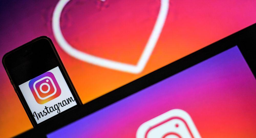Логотип социальной сети Instagram на экране смартфона и телефона. Архивное фото