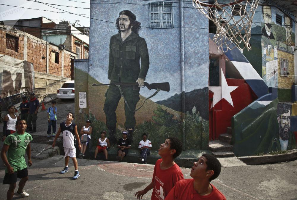 Дети из коммуны Пьедрита играют в баскетбол на одной из улиц квартала 23 января в Каракасе