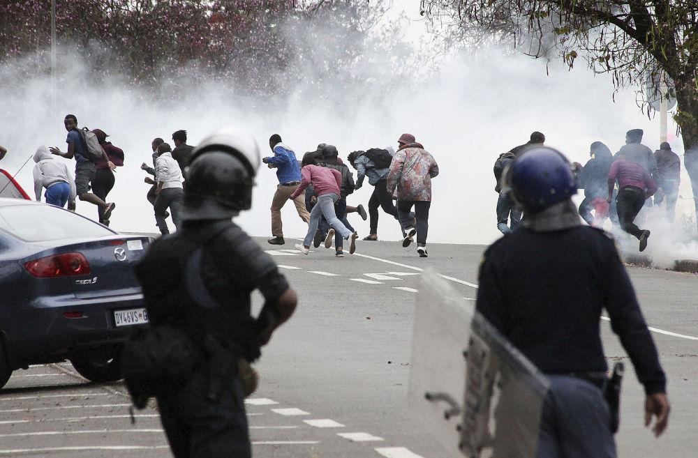 Южноафриканская полиция применяет слезоточивый газ против студентов-демонстрантов в Питермарицбурге