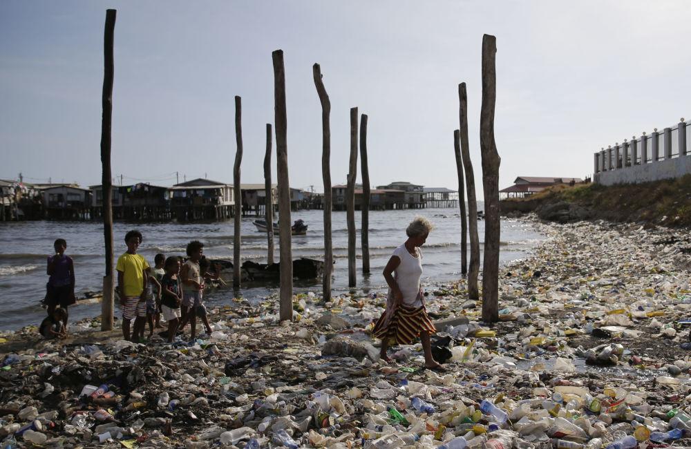 Замусоренный пляж в Порт-Морсби