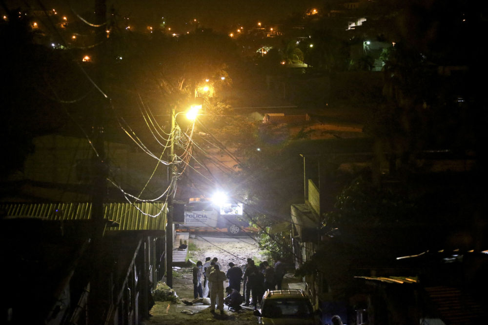 Правоохранители на месте убийства юноши в районе Chamelecon города Сан-Педро-Сула