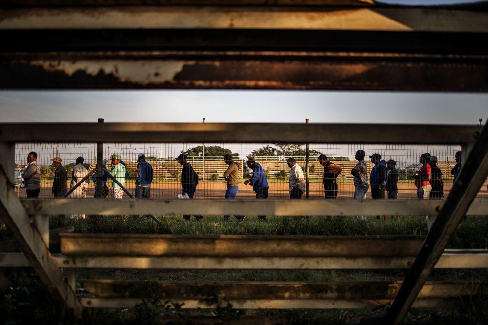 Очередь возле избирательного участка в городе Дурбане (ЮАР)