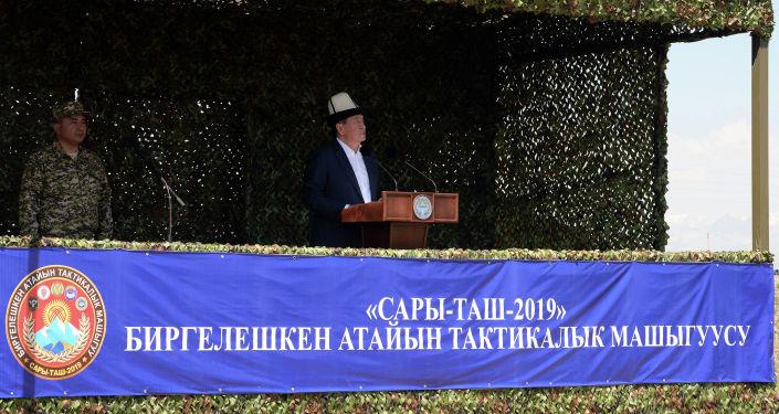 Президент Кыргызской Республики, Главнокомандующий вооруженными силами страны Сооронбай Жээнбеков на заключительном этапе специальных тактических учений Сары-Таш — 2019 на полигоне Сары-таш Чон-Алайского района Ошской области. 20 июля 2019 года