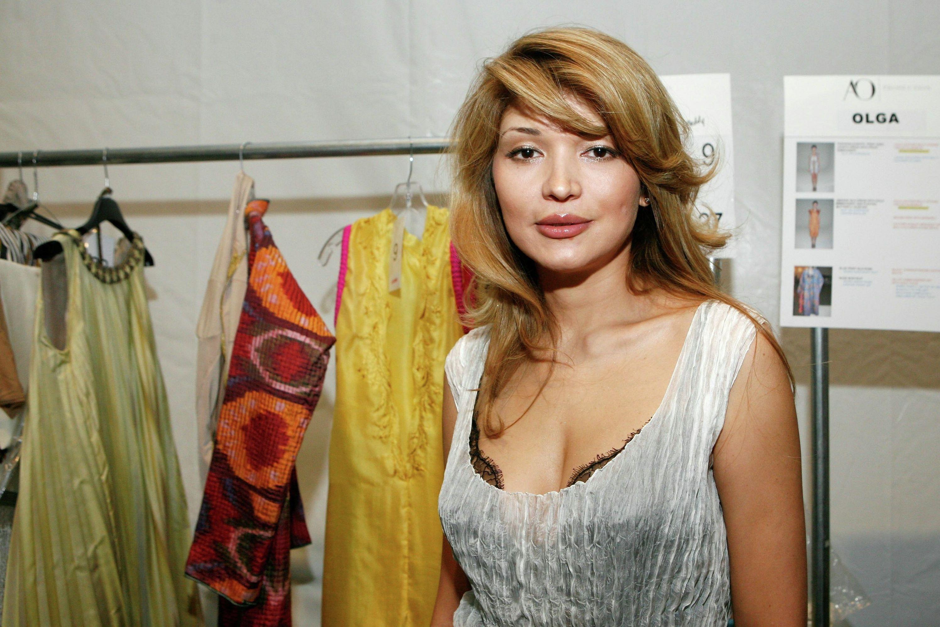 Дизайнер Гульнара Каримова позирует за кулисами на показе коллекции Guli Collections Spring 2011