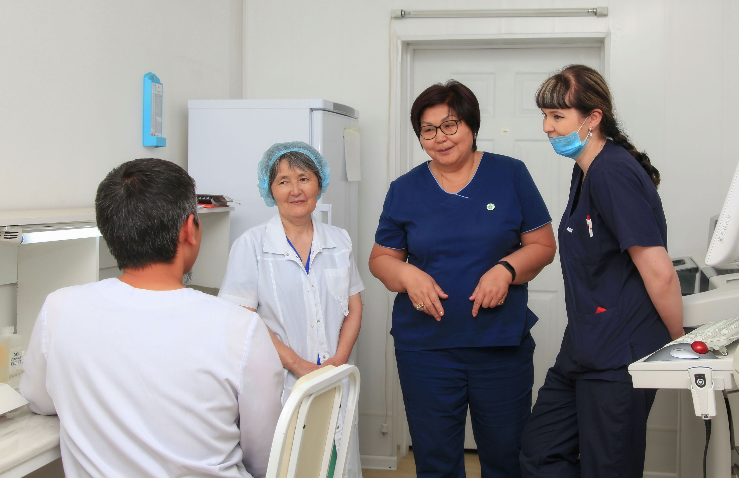 Профессор, доктор медицинских наук, директор клиники Гульнара Асымбекова (вторая справа) с коллегами