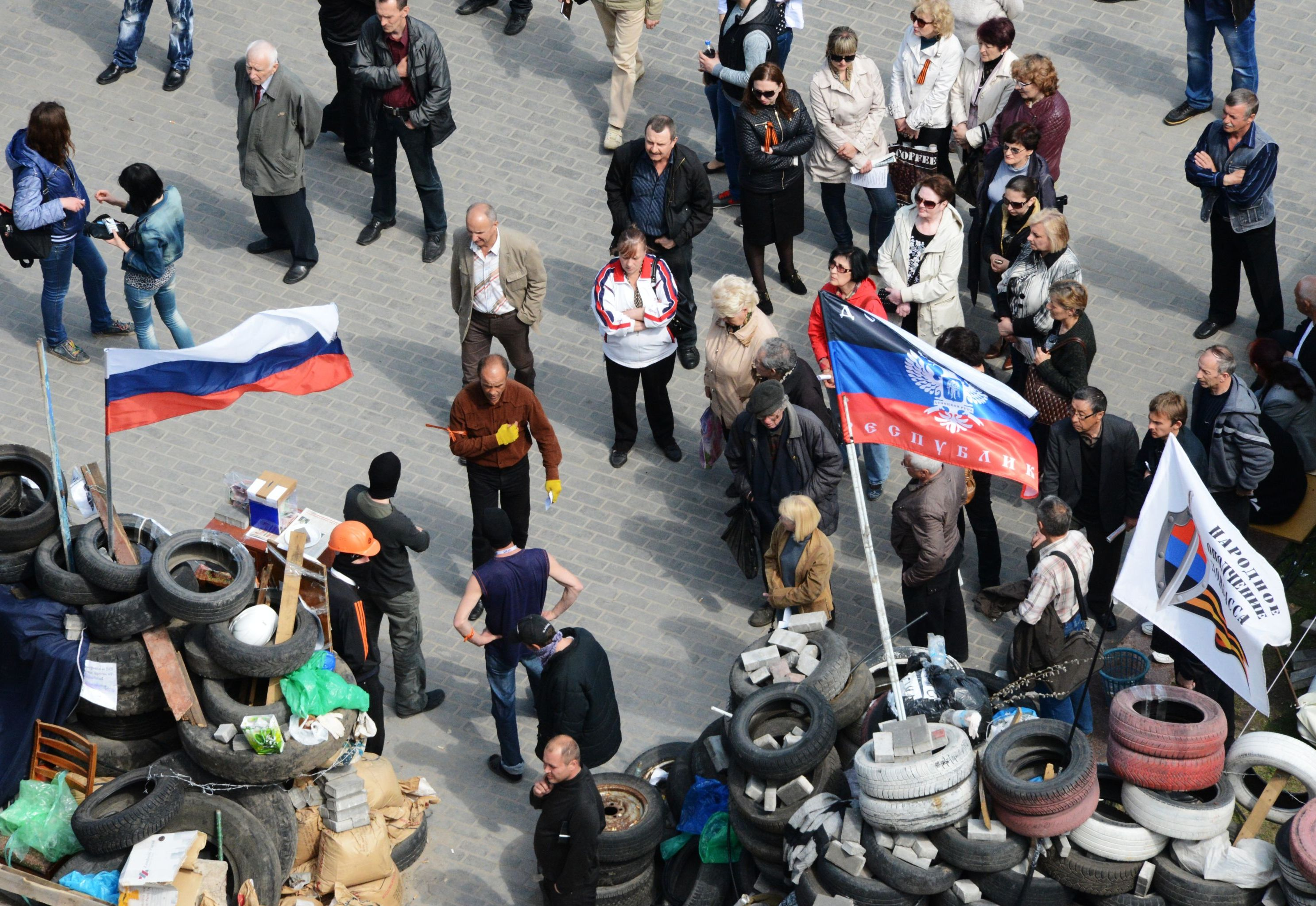 Сторонники федерализации на площади у окруженного баррикадами здания областной государственной администрации города Донецка.