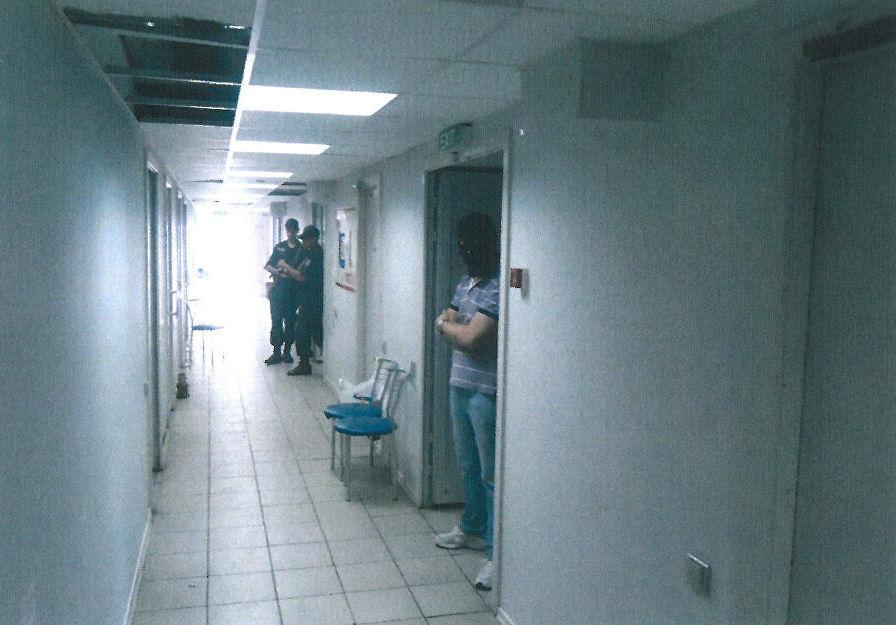 Коридор тюрьмы на территории аэропорта в Мариуполе