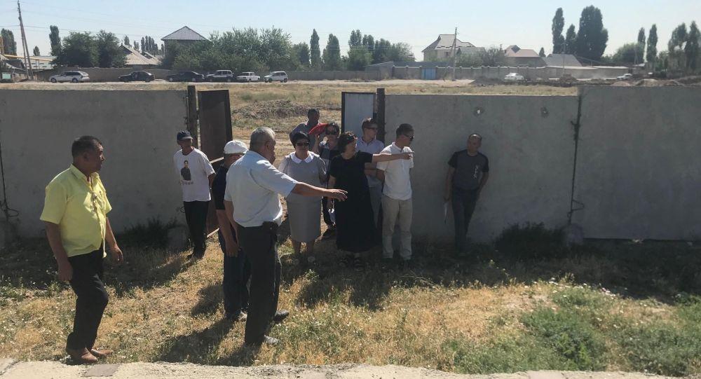 Бишкектин четиндеги Ала-Тоо жаңы конушундагы күйдүргү менен ооруган малдын көмүлгөн саркофагы текшерилди