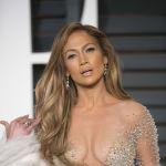 Артиса JLo by Jennifer Lopez кийим-кечек брендине, Madres ресторанына жана Glow by J.Lo атырларына ээлик кылат.