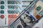 Купюры российских рублей и долларов. Архивное фото