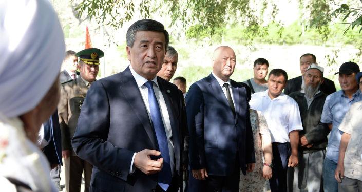 Президент КР Сооронбай Жээнбеков во время встречи с жителями села Ак-Сай Баткенской области