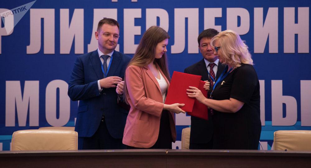 Церемония подписания документов на форуме молодежных лидеров Кыргызстана и России в Бишкеке