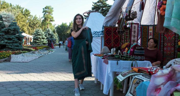 Девушка в кыргызскомнациональном костюме на международном фестивале традиционной культуры и ремесел Оймо в Бишкеке