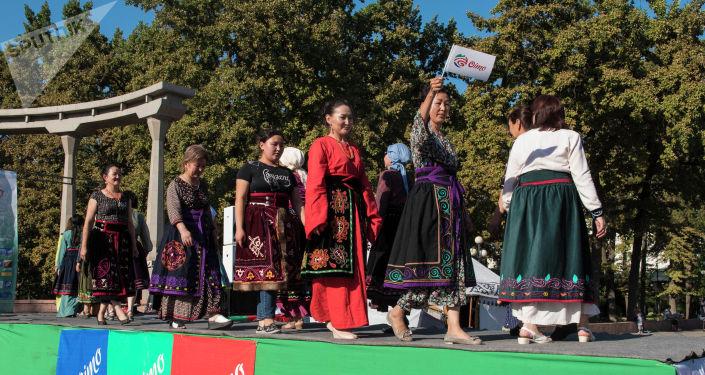 Женщины на подиуме во время модного показа на международном фестивале традиционной культуры и ремесел Оймо в Бишкеке