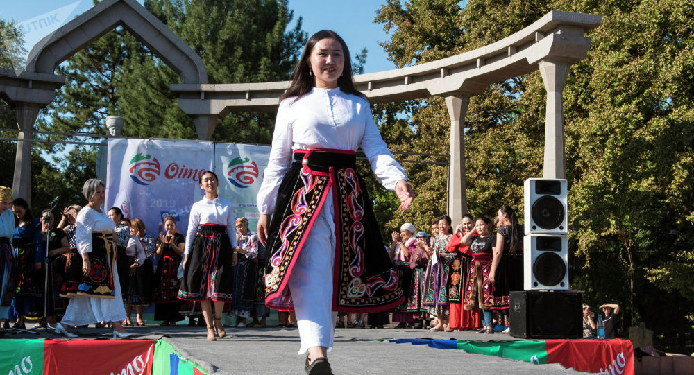 Бишкек шаарында Оймо эл аралык фестивалында мода көргөзмөсү