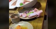 Пользователей социальных сетей шокировало видео с ожившей прямо на тарелке куриной грудкой.