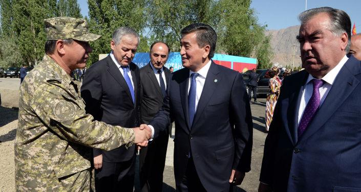 Президент Сооронбай Жээнбеков и президент Таджикистана Эмомали Рахмон на перекрестном участке кыргызско-таджикской государственной границы