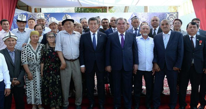 Президент Сооронбай Жээнбеков и президент Таджикистана Эмомали Рахмон на перекрестном участке кыргызско-таджикской государственной границы провели совместную встречу с жителями приграничных районов Кыргызстана и Таджикистана.