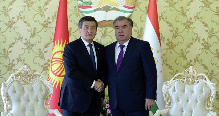 Президент Сооронбай Жээнбеков и президент Таджикистана Эмомали Рахмон в городе Исфара, в  где были обсуждены наиболее актуальные вопросы двустороннего сотрудничества, в том числе по демаркации и делимитации кыргызско-таджикской государственной границы.