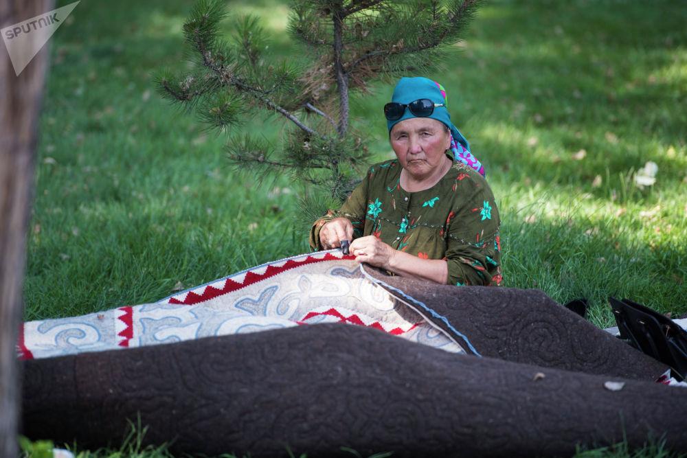 Жалпысынан 120 уз катышууда. 80и Бишкек шаарынын кол өнөрчүлөрү болсо, 40ы аймактардан келген чеберлер.