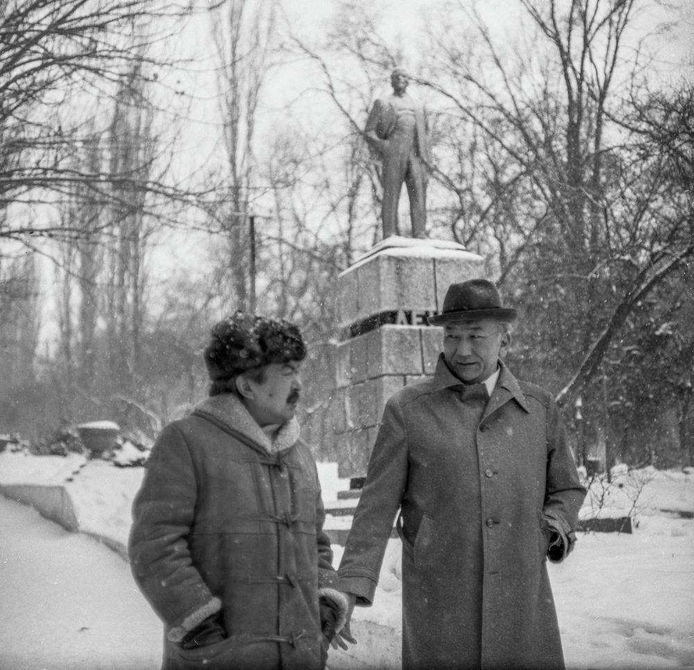 Замандаштар жана кесиптештер. Болот Шамшиев менен Мелис Убукеев.