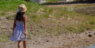 Девочка идет по берегу реки. Архивное фото