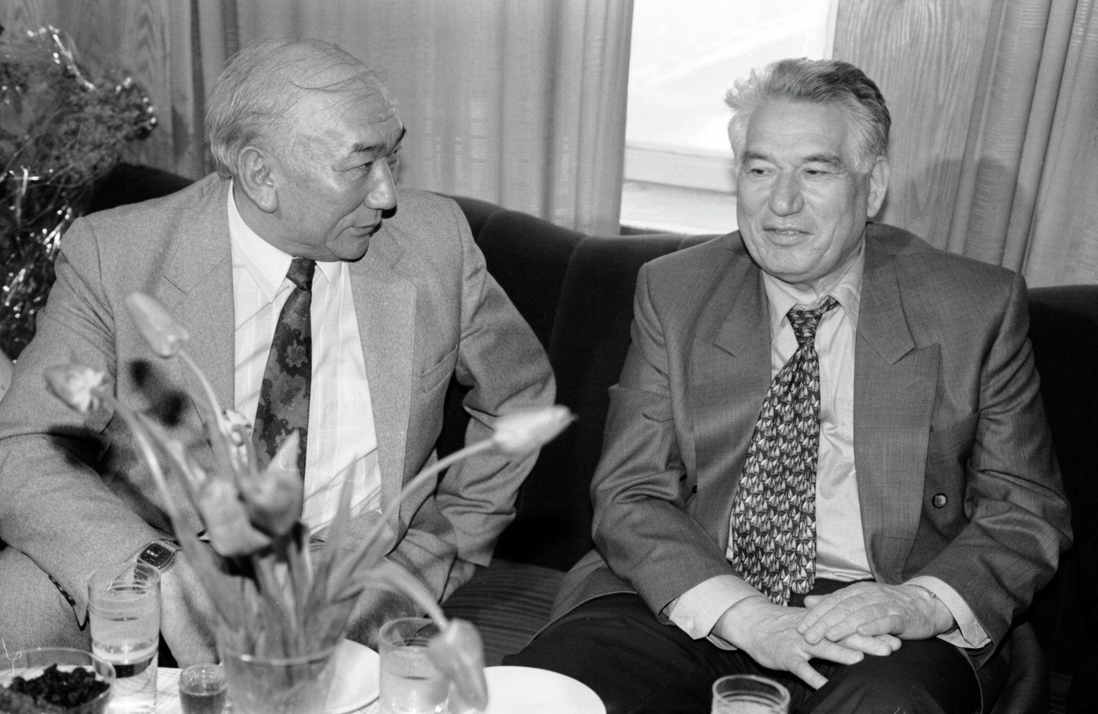 Режиссер, народный артист Кыргызстана Мелис Убукеев и писатель Чингиз Айтматов