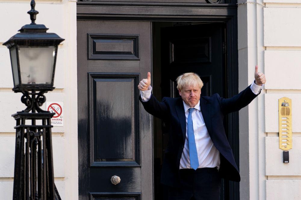 Новоизбранный премьер-министр Великобритании Борис Джонсон прибыл в штаб-квартиру Консервативной партии в центре Лондона. Джонсон сменил на посту главы правительства Терезу Мэй, которая ранее заявила об отставке из-за провала с реализацией Brexit.