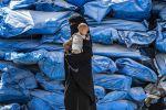 Сирияда баласын көтөрүп бараткан аял. Архивдик сүрөт