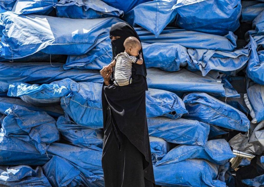 Женщина с ребенком в лагере Аль-Холь в Сирии