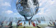 Нью-Йорктун тургундары парктагы фонтан жанында. Архив