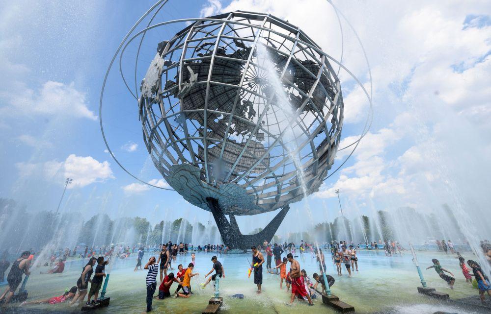 Жители Нью-Йорка у фонтанов в парке Flushing Meadows–Corona