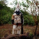 Житель небольшого парагвайского города Эмбоскада в костюме из перьев на праздновании Дня святого Франциска Солано