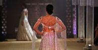 Модель во время показе на неделе индийской моды в Нью-Дели