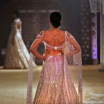 Модель во время показа на Неделе индийской моды в Нью-Дели