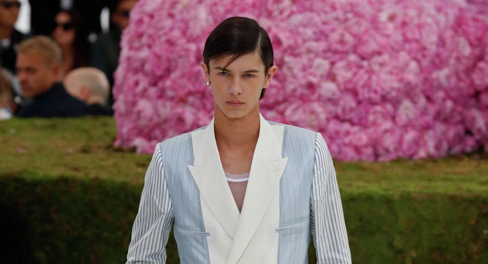 Дания ханзаадасы Николай Dior мода көргөзмөсүндө. Архивдик сүрөт